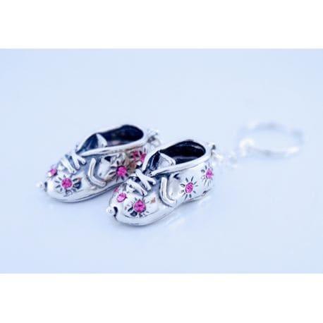 Srebrny brelok para bucików z różowymi cyrkoniami.