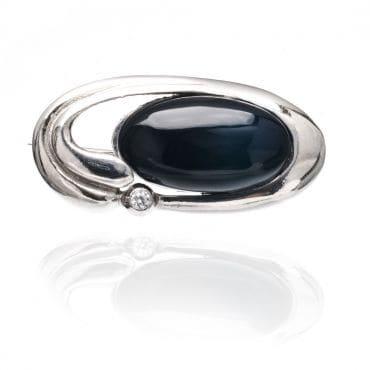 Piękna srebrna broszka z czarnym kamieniem